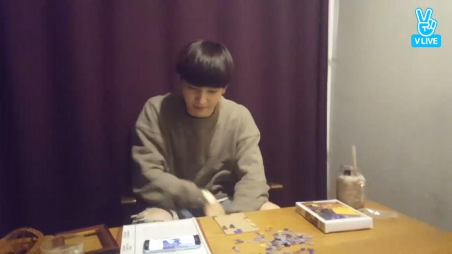 [GOT7] 재범 한번 뜨면 퍼즐 다 정리 돼~ (JB doing a puzzle)