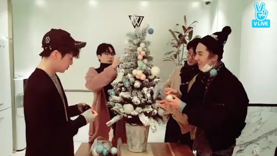[WINNER] 위너의 트리만..들..기...🎄  (WINNER making a Christmas tree)
