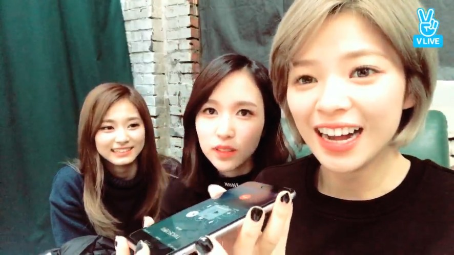 [TWICE] 엄귀 엄놀 엽사대란😝  (JEONGYEON showed members' SO CUTE pictures)
