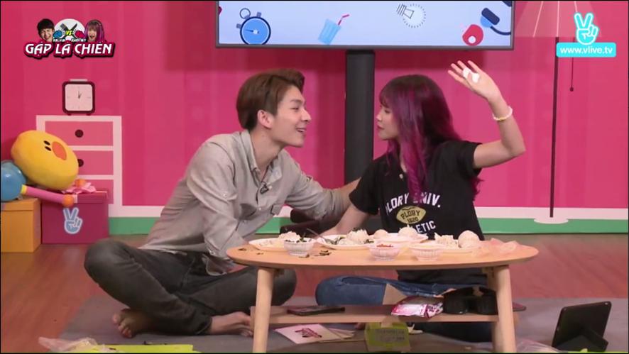 Cặp đôi Gặp là chiến hôn nhau tặng fan