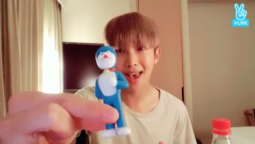 [BTS] 준이 취향저격한 피규어 자랑🕴 (RM showing his figure)
