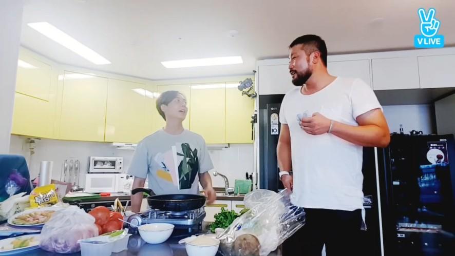 [ANDY] 쏘큐트한 집밥 앤선생과 일찍 온 도우미(?)의 투닥투닥 (ANDY cooking with his friend)